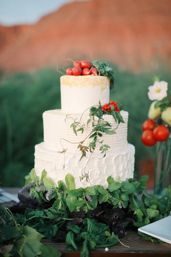 Rustic white wedding cake | Farm Fresh Style Wedding in Utah | Gideon Photography | Ultimate Wedding Magazine