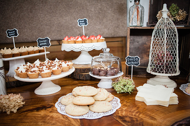 Rustic dessert table | Barn Wedding in Ohio | Photos by Yvonne