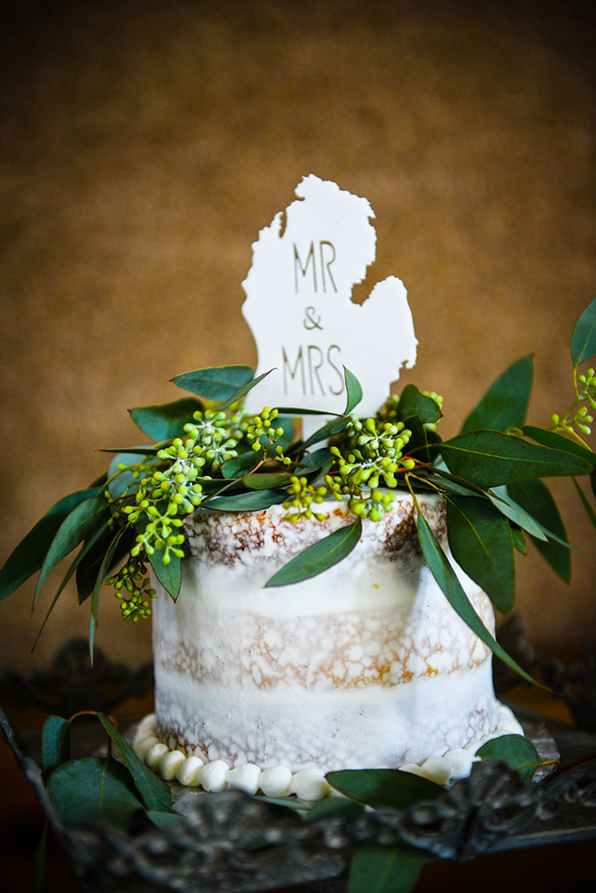 Rustic wedding cake | Barn Wedding in Ohio | Photos by Yvonne