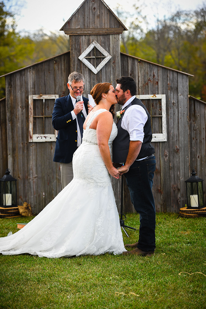 Bride and groom kissing | Barn Wedding in Ohio | Photos by Yvonne