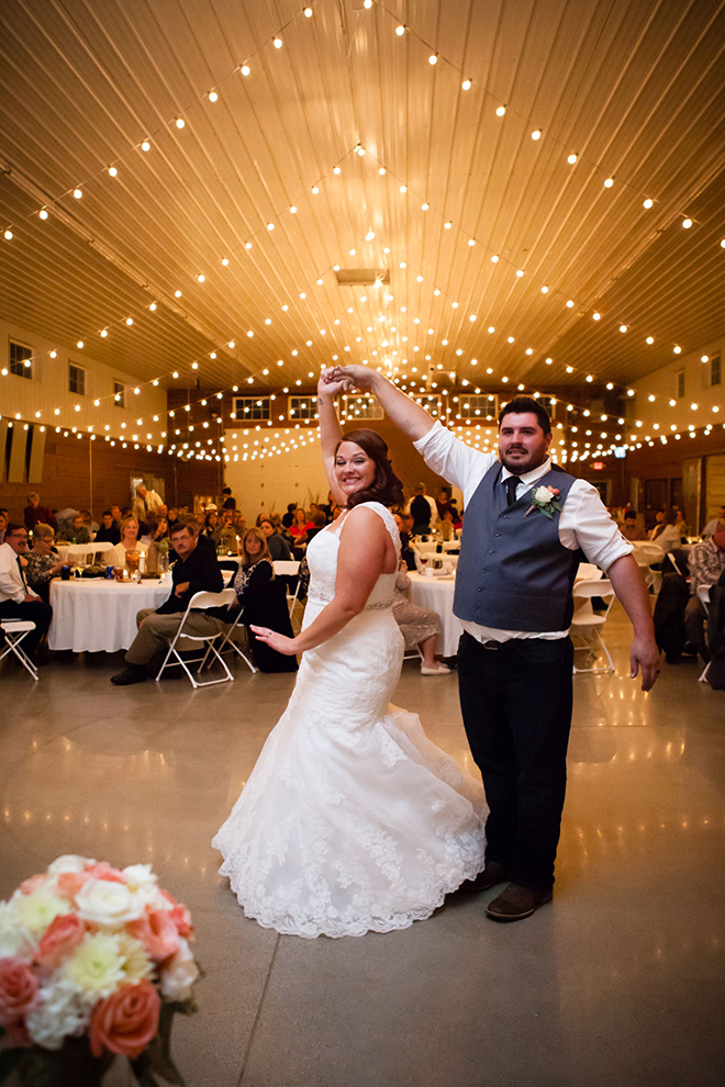 First dance | Barn Wedding in Ohio | Photos by Yvonne