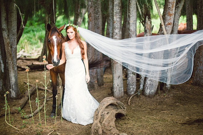 Bride standing with horse | Paradise in Hawaii | Jenna Lee Pictures