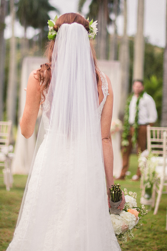 Bride walking up the aisle | Paradise in Hawaii | Jenna Lee Pictures