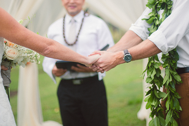 Holding hands at wedding ceremony | Paradise in Hawaii | Jenna Lee Pictures