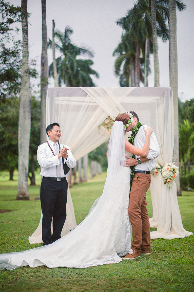 Bride and Groom kissing at wedding ceremony | Paradise in Hawaii | Jenna Lee Pictures