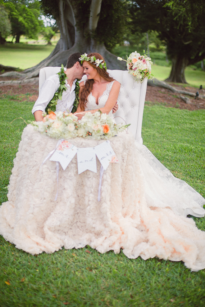 Wedding couple sitting outside | Paradise in Hawaii | Jenna Lee Pictures