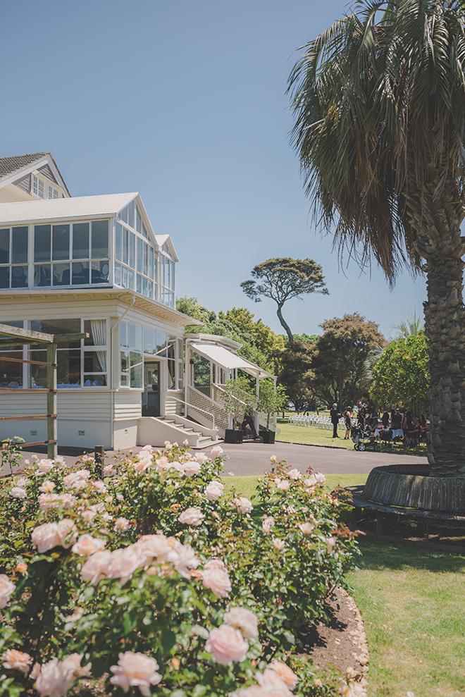 Alfresco wedding | Rose Garden Beach Wedding | Levien and Lens Photography