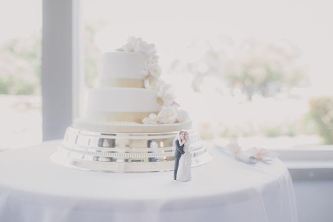 White wedding cake | Rose Garden Beach Wedding | Levien and Lens Photography