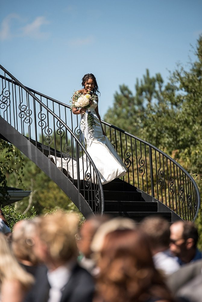 Bride arriving at ceremony | Autumn wedding in North Carolina | Yasmin Leonard