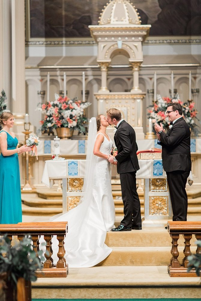 Couple kissing at altar | Lake Side Wedding | Krystal Balzer Photography