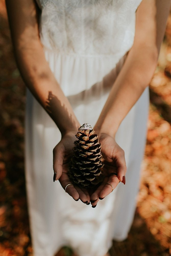 Acorn with ring | Redtop Mountain Bride | Hellen Oliveira Photography