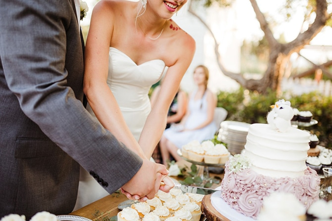 Cutting the cake | Rustic Wedding in Mountain View | Emily Jean Images