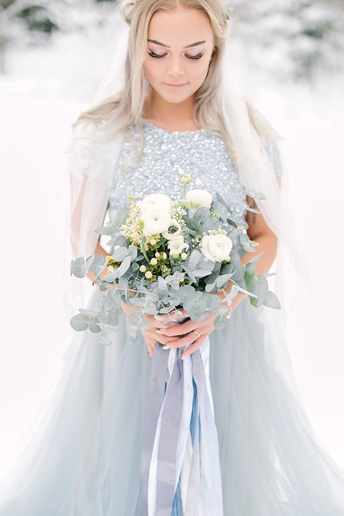 Bride with neutral bouquet | Swedish Winter Wedding Style Linda-Pauline Photo