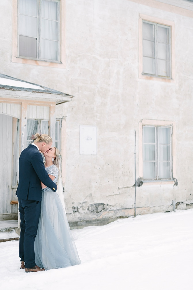 Couple kissing in the snow | Swedish Winter Wedding Style Linda-Pauline Photo