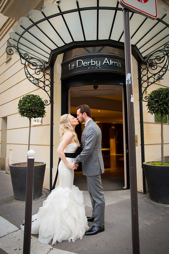 Couple kissing in Paris | Vintage Paris Elopement | Paris Photographer Pierre