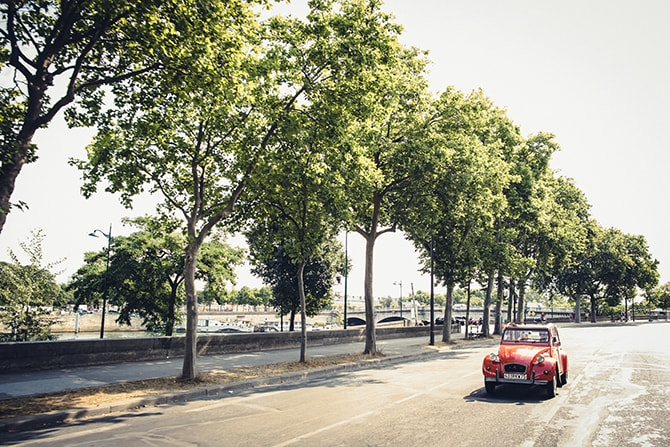 Couple in French car | Vintage Paris Elopement | Paris Photographer Pierre