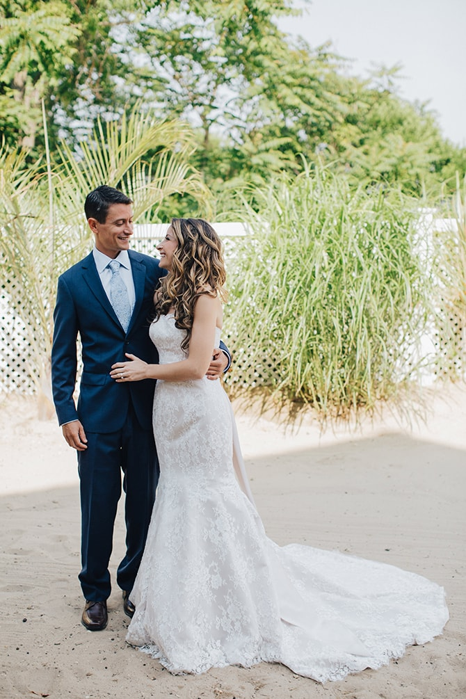 First look | Contemporary Beach Wedding in New York | Martina Micko Photo