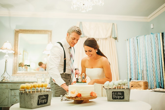 Cutting the cake | Stunning Southern Plantation Wedding | Gideon Photography