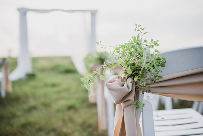 Simple wedding ceremony decor | Countryside Sunset Wedding in Texas | Rebecca Chesney Photo