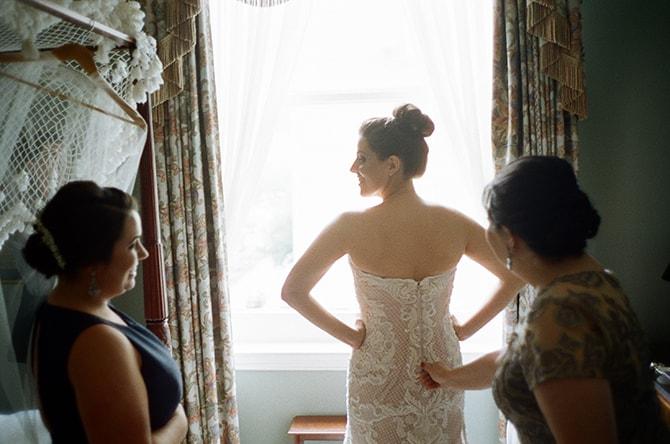 Bride getting ready | Sophisticated New Orleans Nuptials | Arte De Vie