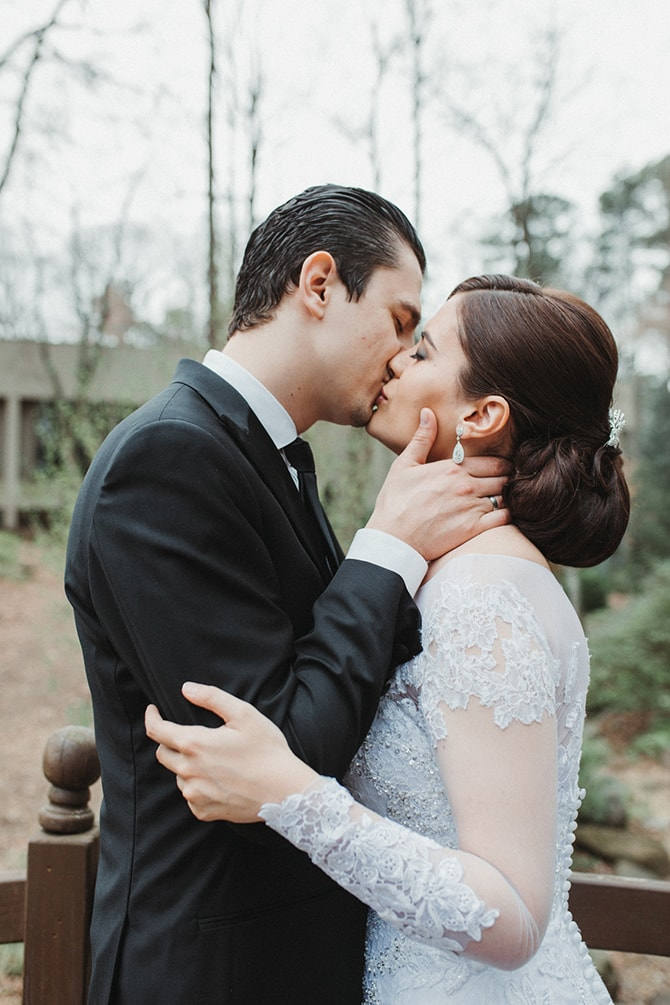 Couple kissing | Glamorous Spring Wedding Portraits at The Swan House | Aline Marin Photography