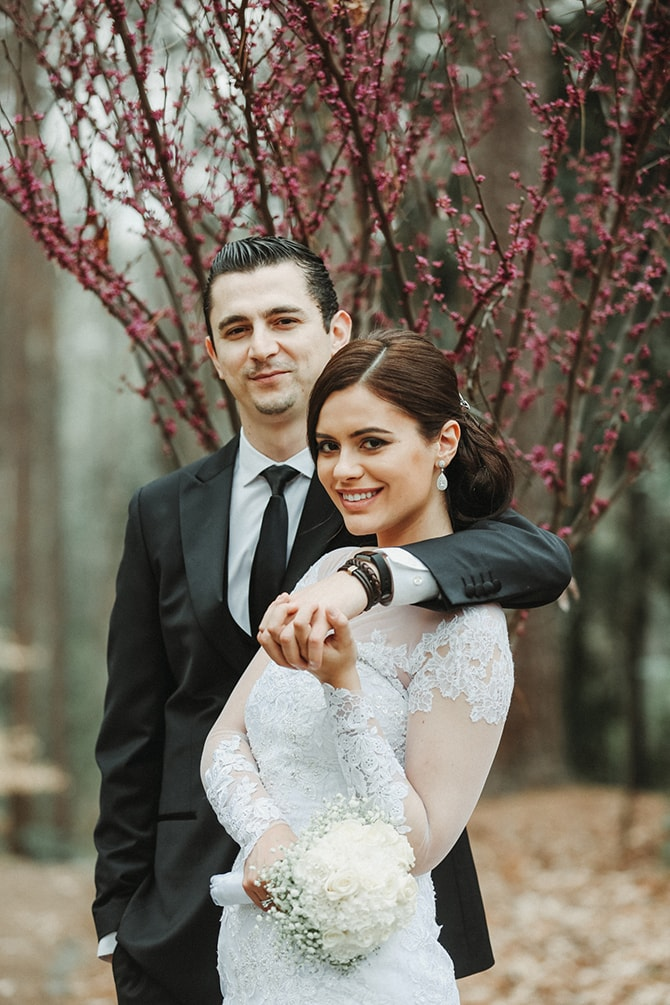 Smiling newlyweds | Glamorous Spring Wedding Portraits at The Swan House | Aline Marin Photography