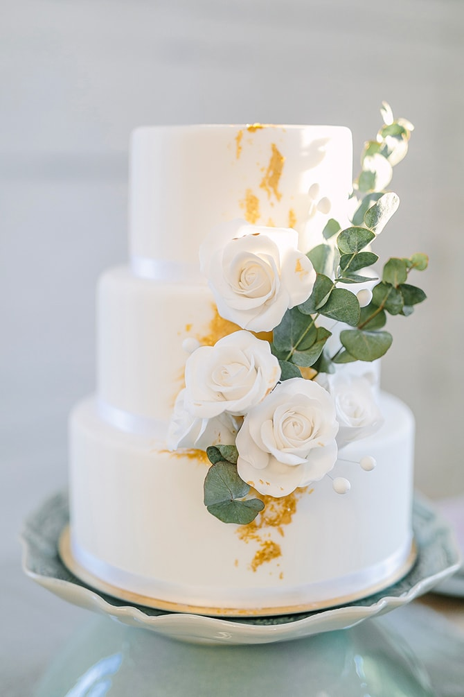 White and gold wedding cake | Modern Winter Wedding Style | Linda-Pauline Photography