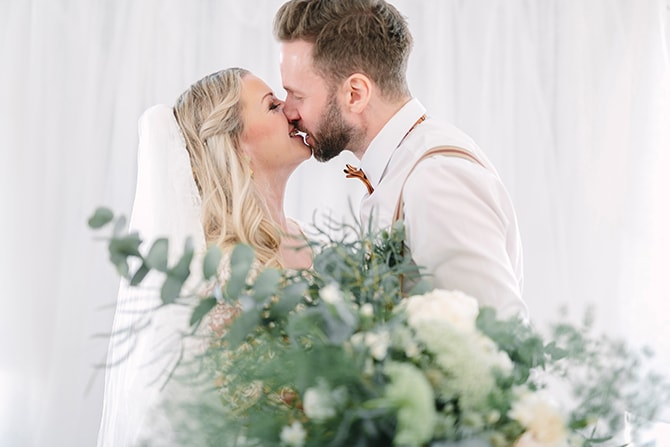 Couple kissing | Modern Winter Wedding Style | Linda-Pauline Photography