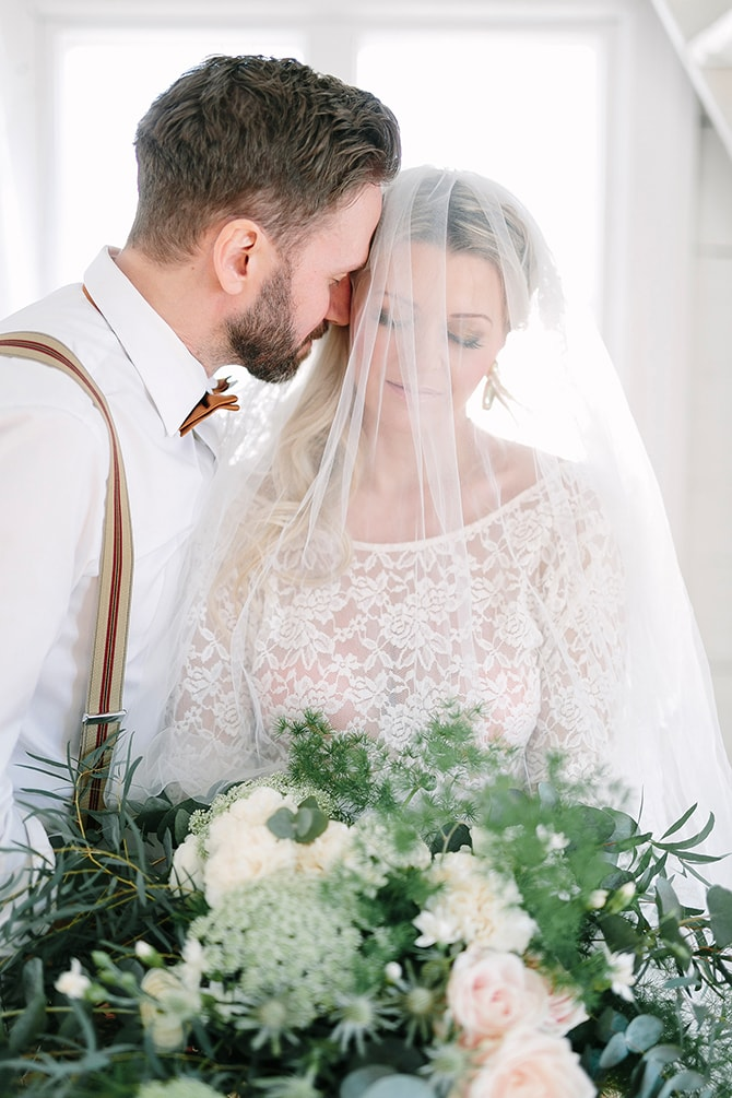 Bride with white veil | Modern Winter Wedding Style | Linda-Pauline Photography