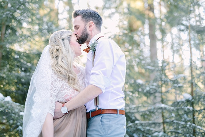 Couple kissing in forest | Modern Winter Wedding Style | Linda-Pauline Photography