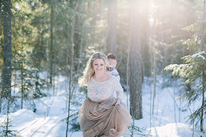 Running in the snow | Modern Winter Wedding Style | Linda-Pauline Photography