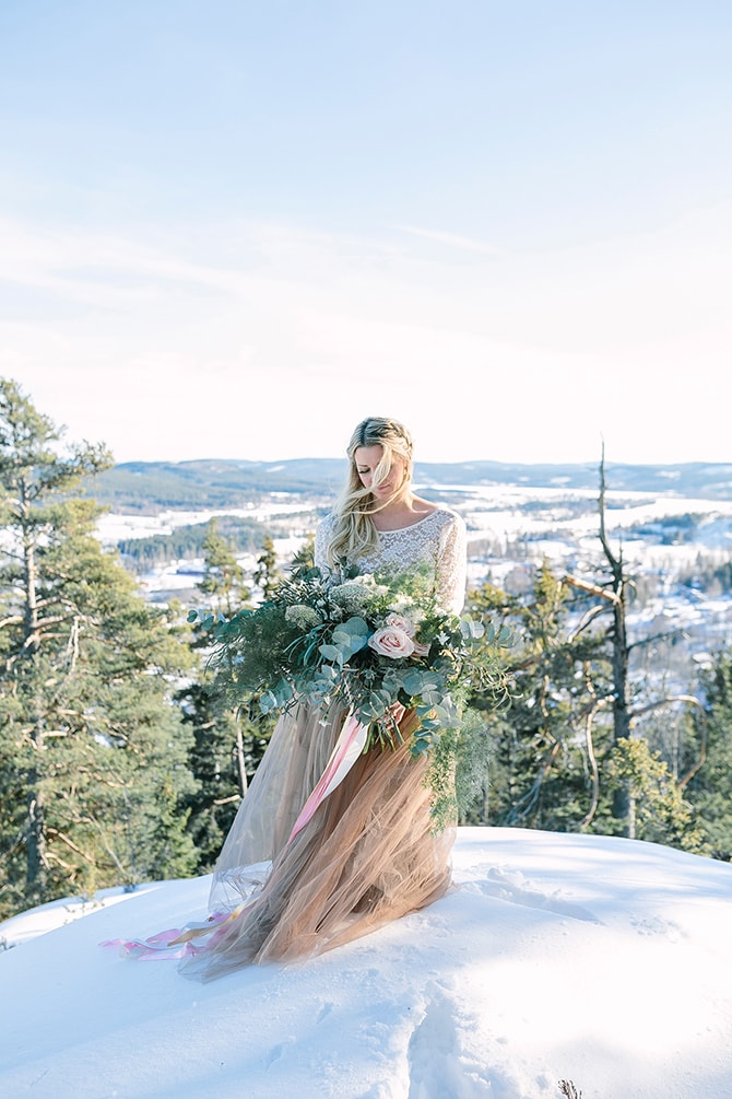 Bride with winter bouquet | Modern Winter Wedding Style | Linda-Pauline Photography